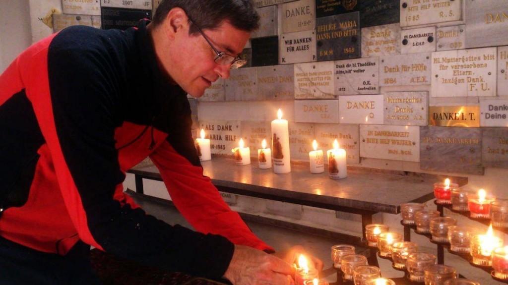 Kerze anzünden, nach dem Pilgern