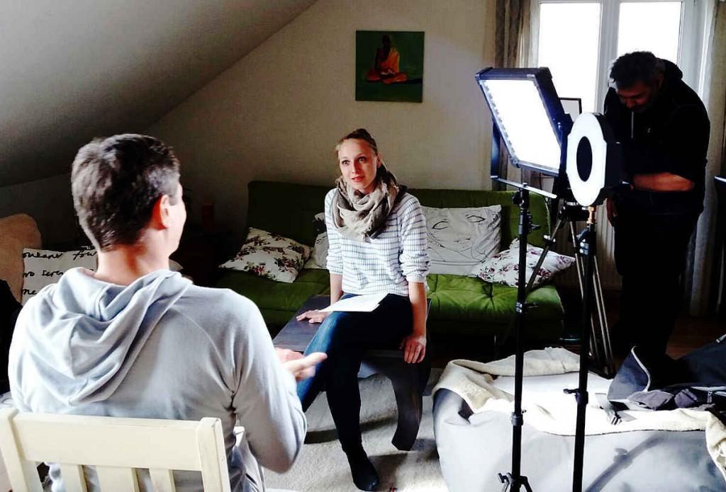 Vicky Wolf mit Kameramann Robert Lerch von Puls4 Interview zu Mein Weg zurück ins Leben