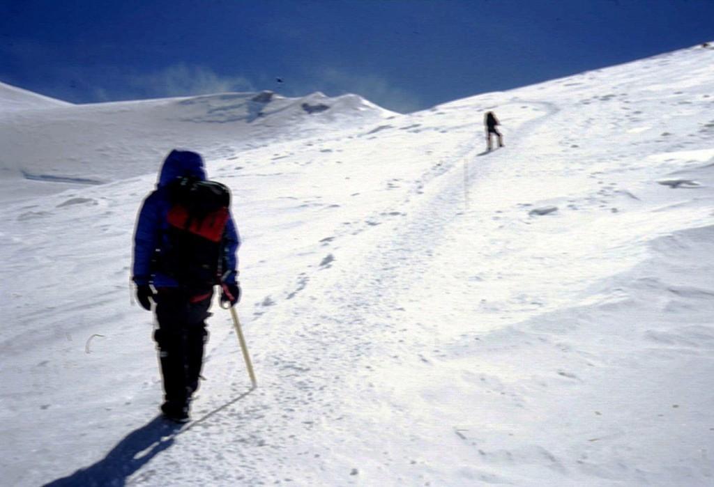 Schritt für Schritt auf den Gipfel des Denali. Herausforderung Bergsteigen.