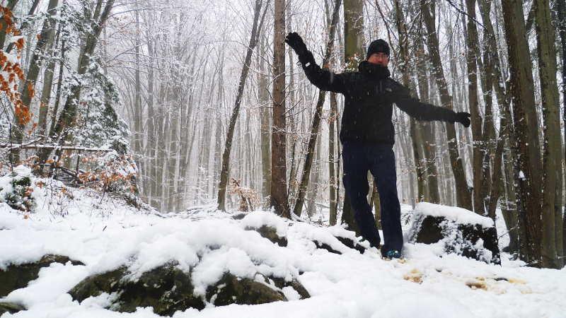 Gleichgewicht trainieren im Wald