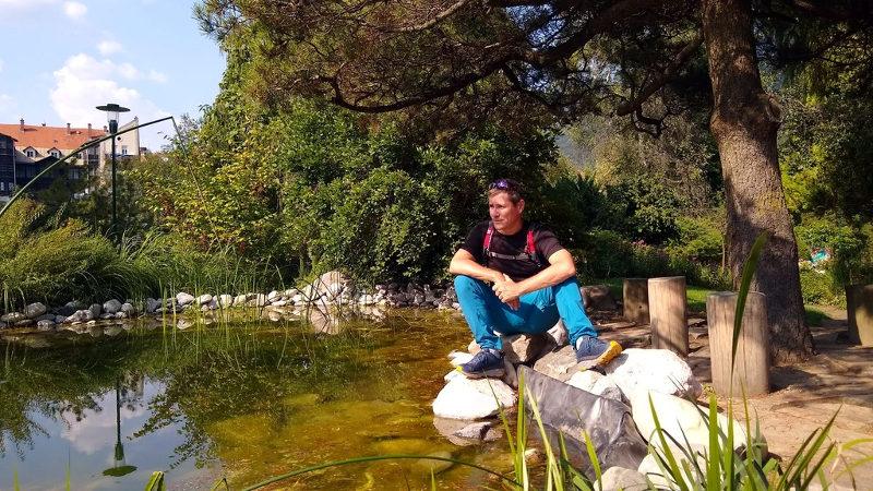 Ich am Teich, auf meiner Pilgertour