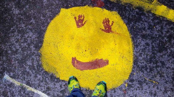 Mit Freude in ein neues Leben. Bodenmalerei des Kindergarten.