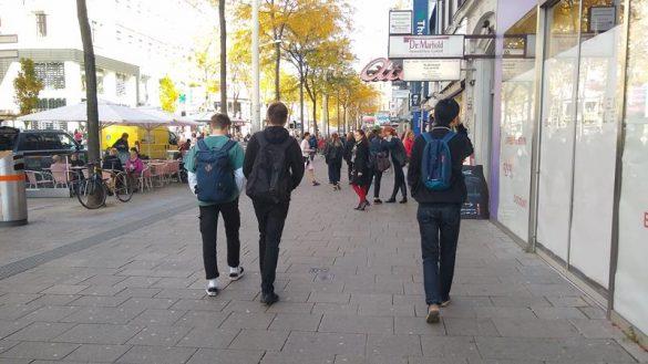 Belebte Mariahilfer Straße, Schritt zurück ins Leben