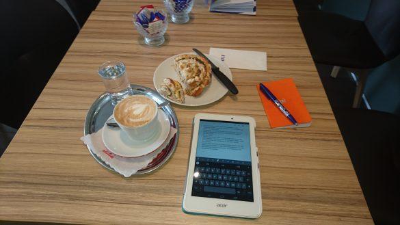 Mit Tablet und Kaffee daheim
