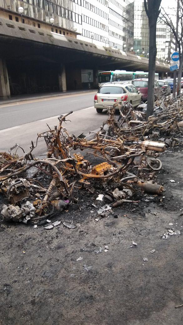 Nach einer Demo in Paris verbrannte Mopeds